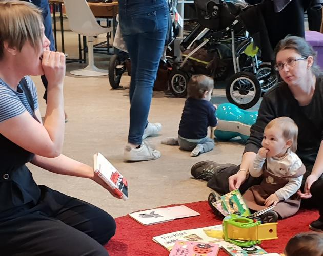 Huppel leest in de bib 2/3 - baby borrel